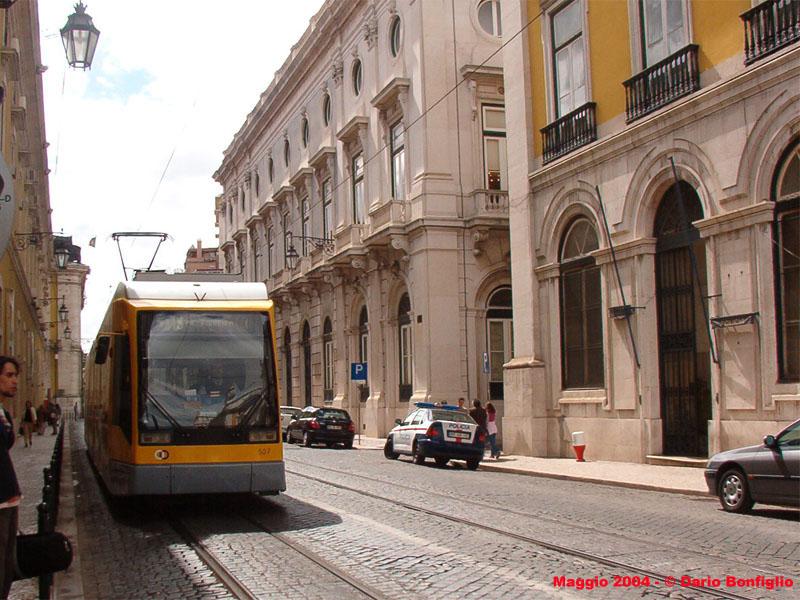 Tram articolato 507 in rua do arsenal, nei pressi di praça do